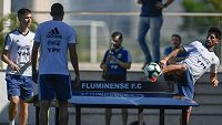 Fotbalisté Argentiny využili teqballový stůl v rámci tréninků během letošní Copy Amériky. Na snímku vlevo Juan Foyth, vpravo Milton Casco.