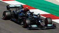 Pilot Mercedesu Valtteri Bottas v akci během kvalifikace na Velkou cenu Portugalska.