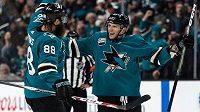 Gól! Radim Šimek (vpravo) oslavuje svoji premiérovou trefu v NHL a přijímá gratulace od kolegy z obrany Sharks Brenta Burnse.