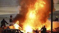 Z ohnivého pekla vyvázl Romain Grosjean při Velké ceně Bahrajnu.