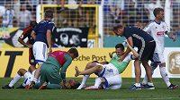Hráči FC Carl Zeiss Jena skotačili po vyřazení Hamburku jako malé děti...
