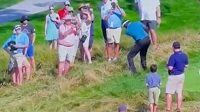 Golfista Vijay Singh nešťastně trefuje fanouška na turnaji US Senior Open.
