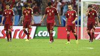 Jak jsme to mohli dopustit? Španělští fotbalisté zleva David Silva, Sergio Busquets, Diego Costa, Andrés Iniesta a Xabi Alonso opouští trávník stadiónu Maracaná po středeční prohře 0:2 proti Chile.