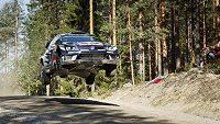 Sebastien Ogier na trati úvodní etapy Finské rallye.