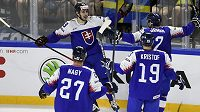 Slovenští hokejisté se radují z úvodního gólu proti Švédům. Zleva Ladislav Nagy, autor gólu Tomáš Jurčo, Michal Krištof a Mário Grman.