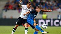 Český bek Pavel Kadeřábek ve službách Hoffenheimu odkopává míč před Robertem Firminem z Liverpoolu.