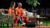 Sneijderovi sledují televizi přímo na hřišti.