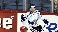 Finský hokejista Ossi Louhivaara (v bílém) se raduje ze své první branky proti Rusku.