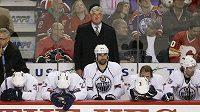 Střídačka hokejistů Edmontonu včetně trenéra Pata Quinna