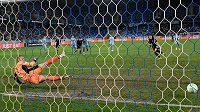 Jonas Wind z FC Kodaň překonává z penalty Adriana Chovana ze slovanu Bratislava.