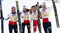 Vítězná štafeta norských sdruženářů (druhý zprava finišman Jari Magnus Riiber).