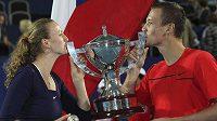 Tenisté Petra Kvitová a Tomáš Berdych s trofejí pro vítěze Hopmanova poháru