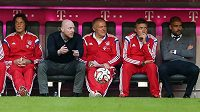 Hans Müller-Wohlfahrt (vlevo) na střídačce Bayernu vedle sportovního ředitele Matthiase Sammera. Zcela vpravo je trenér Pep Guardiola.