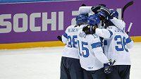 Finští hokejisté slaví gól proti Rakousku.
