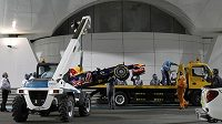 Monopost Sebastiana Vettela skončil po kvalifikaci v Abú Zabí na jeřábu místo v boxech a pilot stáje Red Bull z boje o startovní rošt vyloučen.