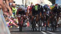 Španěl Alberto Contador (vlevo vzadu v růžovém) padá těsně před cílem šesté etapy Giro d´Italia.
