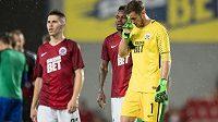 Zklamaní fotbalisté Sparty po derby s Bohemians, které skončilo 1:1. Čisté svědomí u vyrovnávací trefy Klokanů neměl brankář Martin Dúbravka.