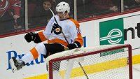 Brayden Schenn z Philadelphie se raduje poté, co překonal brankáře Martina Brodeura a rozhodl o výhře Flyers nad New Jersey.
