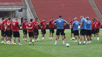 Sestava je jasná - jdeme na to! Fotbalová reprezentace na začátku tréninku na budapešťském Stadiónu Ference Puskáse.