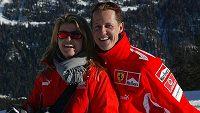Michael Schumacher se svou ženou Corinnou při lyžování v italských Alpách.
