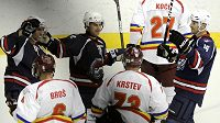 Hokejisté Chomutova se radují z jedné z branek, kterou vstřelili do sparťanské sítě.