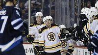 David Pastrňák (čelem) se raduje se spoluhráči z Bostonu poté, co vstřelil branku Winnipegu.