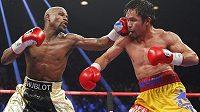 Floyd Mayweather (vlevo) zasahuje Filipínce Mannyho Pacquiaoa v památném květnovém utkání v Las Vegas.