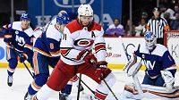 Jordan Staal (11) z Caroliny a Ryan Pulock (6) z New York Islanders.