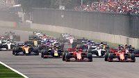 Start Velké ceny Mexika. Vpředu oba červené vozy Ferrari, mezi nimi Lewis Hamilton na mercedesu.