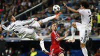 Sergio Ramos z Realu při akrobatickém zákroku před Frankem Ribérym z Bayernu. Vpravo další hráč Bíleho baletu Pepe.