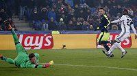 Ač se natahoval sebevíc, na míč brankář Basileje Tomáš Vaclík nedosáhl a útočník Arsenalu Lucas Pérez (druhý zprava) zkompletoval hattrick.