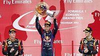 Sebastian Vettel se raduje z vítězství v korejském závodu. Vlevo Räikkönen se svým typickým úsměvem, na třetím místě stojí Grosjean.