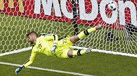 Matúš Kozáčik se marně natahuje po střele Garetha Balea z trestného kopu.