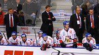 Čeští hokejoví reprezentanti sledují spolu s trenérem Hadamczikem dění na ledě při utkání se Švédskem v Chomutově.