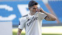 Brahim Diaz pózuje s dresem Realu Madrid.