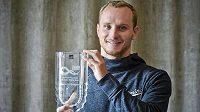 Kajakář Vít Přindiš s trofejí pro celkového vítěze Světového poháru.