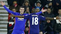Robin van Persie (vlevo) střelec obou gólů Manchesteru United v duelu se Southamptonem se raduje se spoluhráčem Ashleym Youngem.