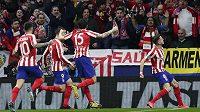 Fotbalisté Atlética Madrid se radují z gólu proti Liverpoolu.