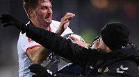 Kapitánovi fotbalistů Eintrachtu Frankfurt Davidu Abrahamovi hrozí minimálně šestizápasový distanc.