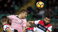 Tiago Cionek z Palerma hlavičkuje v zápase Serie A proti Crotone - ilustrační foto.