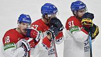Zklamaní čeští hokejisté (zleva) Dominik Kubalík,Jiří Smejkal aLukáš Klok po porážce ve čtvrtfinále s Finskem.