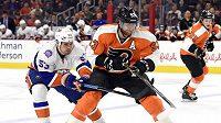 Jakuba Voráčka (93) z Philadelphie atakuje Casey Cizikas (53) z NY Islanders.