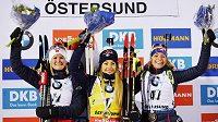 Markéta Davidová (vpravo) na stupních po sprintu v Östersundu. Nestačila jen na Italku Dorotheu Wiererovou (uprostřed) a Norku Marte Olsbuovou Röiselandovou.