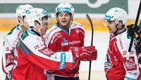 Hokejisté Pardubic Petr Sýkora (vlevo) a Tomáš Rolinek se radují z gólu proti Spartě.