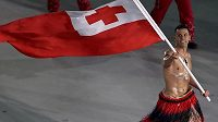 Pita Taufatofua z Tonga nastupuje na plochu stadiónu při slavnostním zahájení olympijských her.