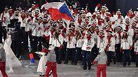 Slavnostní zahájení olympiády. Česká výprava v čele s vlajkonoškou Evou Samkovou.