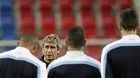 Kouč Manchesteru City Manuel Pellegrini na tréninku před zápasem s Plzní.