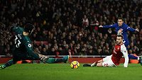 Eden Hazard z Chelsea v tuhle chvíli na brankáře Petra Čecha z Arsenalu nevyzrál, nakonec ale brankáře Kanonýrů překonal z penalty.