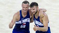 Plážoví volejbalisté Přemysl Kubala (vlevo) a Jan Hadrava oslavují postup do semifinále Evropských her v Baku.