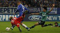 Snaha brankáře Schalke Timo Hildebranda i obránců byla marná, Fernando Torres z Chelsea právě dává gól...
